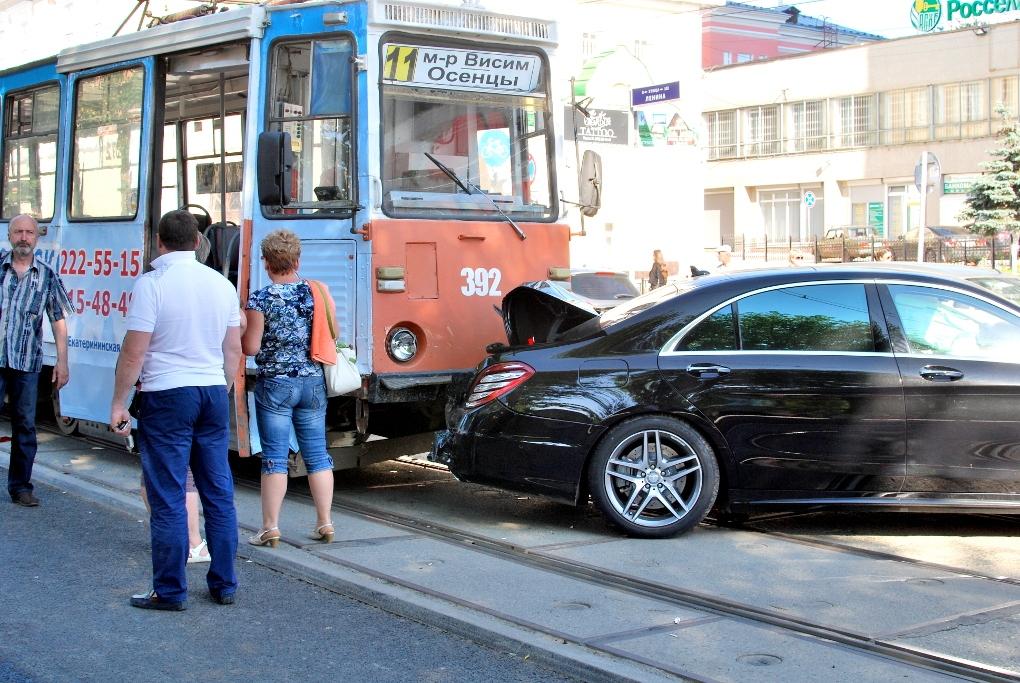 ВПерми наЛенина вДТП пострадали два Mercedes идва трамвая