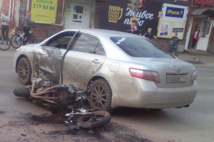 ВПерми наперекрёстке мотоциклист протаранил иномарку